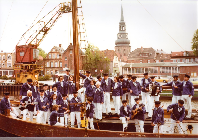 1982- Gruppenfoto Stader Hafensänger am Stader Stadthafen