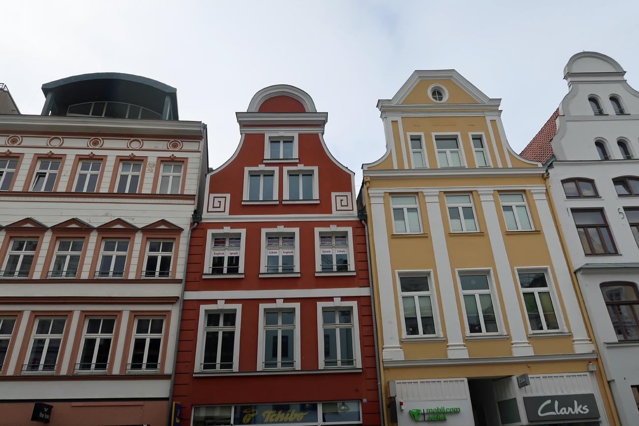 ....Fassaden. - In den Straßen gibt es über 250 Geschäfte, sowie Gaststätten und Cafe's...