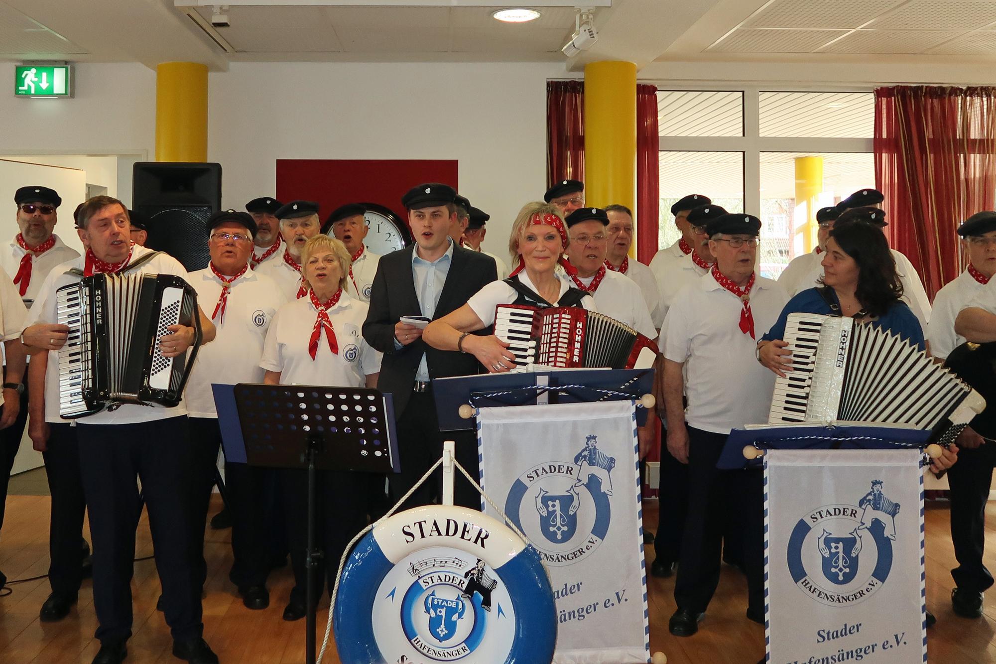 Heimleiter Alexander Ginter (Mitte) singt mit (Wir lagen vor Madagaskar)