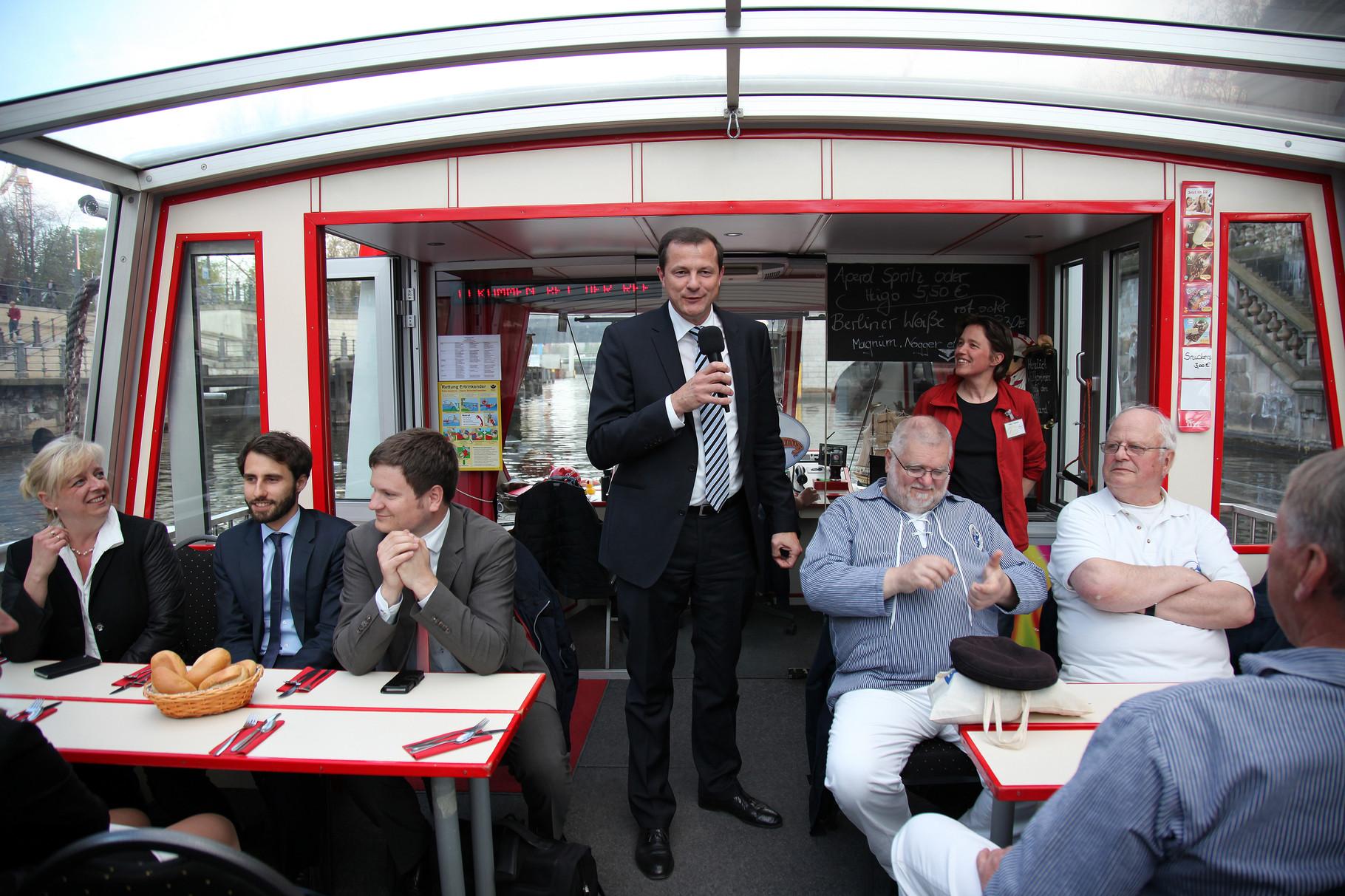 Oliver Grundmann begrüßt uns an Bord