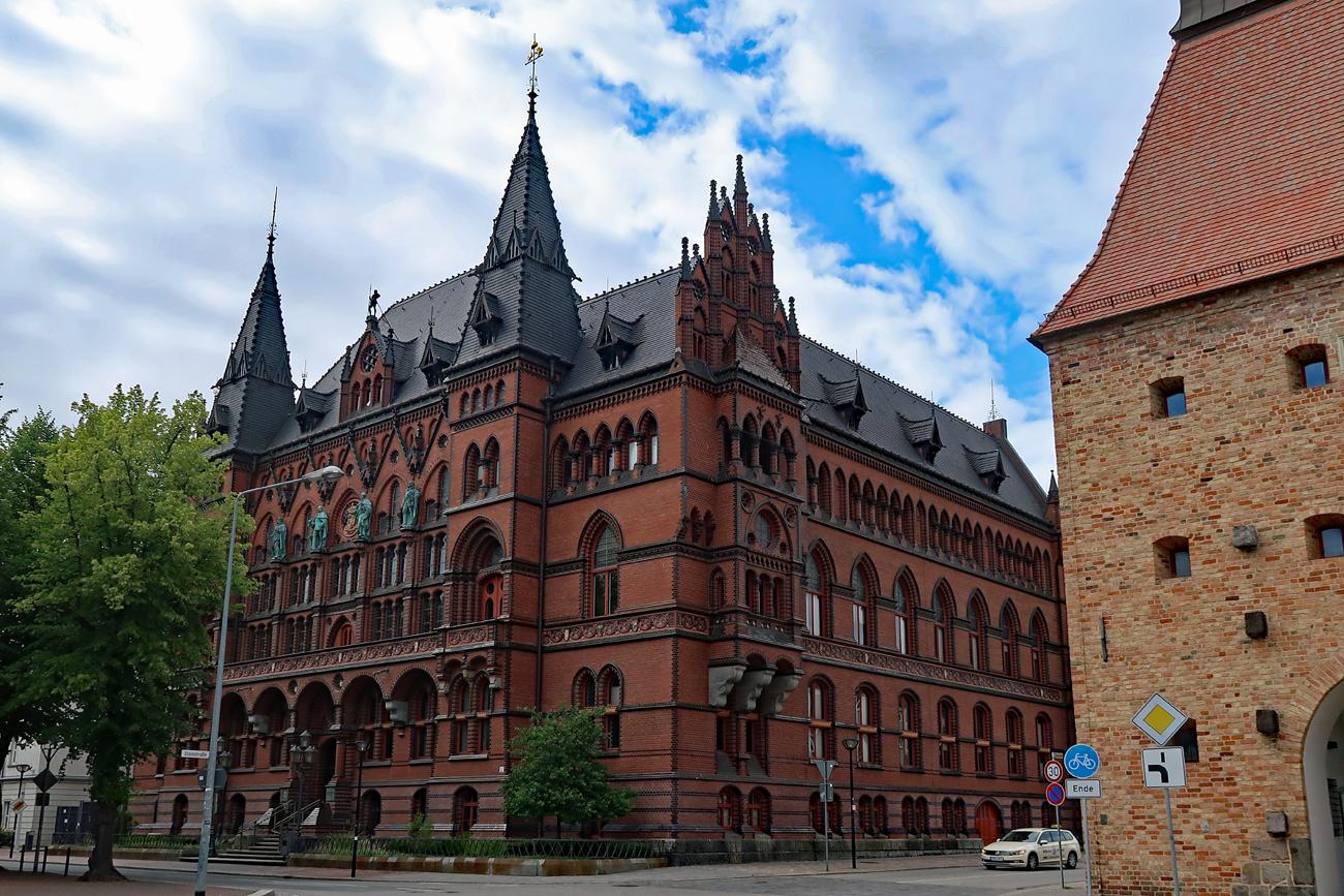 ...Das Ständehaus. - Der Bau entstand um 1890! Heute beherbergt er das Oberlandgericht..
