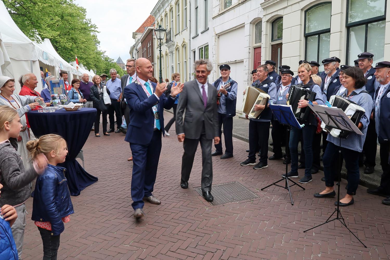Bürgermeister Bort Kolewijn  (Kampen) (links) und Bürgermeister Bernd Saxe (Lübeck) haben uns am Hansestand von Stade begrüßt