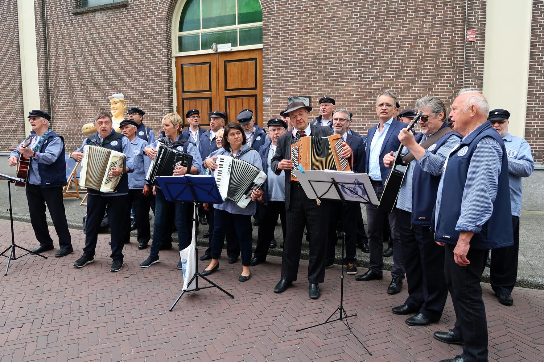 vorne, 3 von rechts, Staatsrat Andreas Rieckhof aus Hamburg, daneben,  Erster Stadtrat Dirk Kraska haben mitgesungen