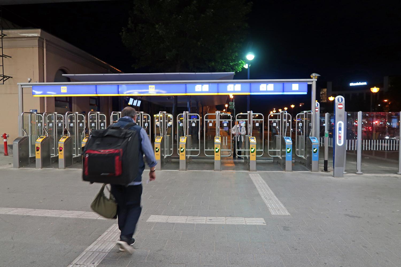 ....der Abend wurde spät. -Ausgang Bahnhof Zwolle- Nur mit Fahrkarten kommt man durch die Sperre