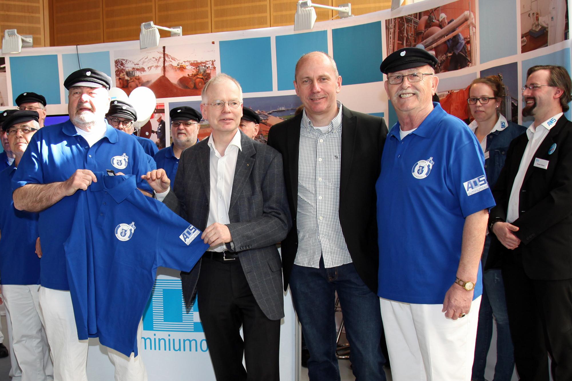 G. Bellgardt, (links) und Klaus Hilker (rechts) freuen sich über die neuen Poloshirts