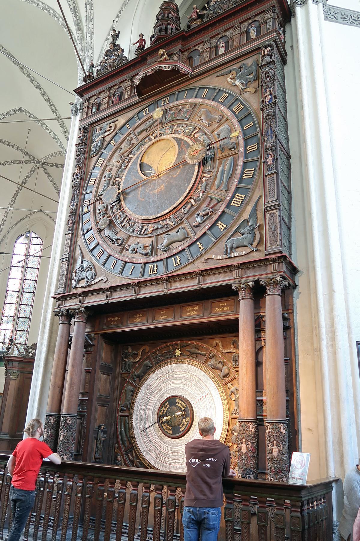 ....Sehenswert: Astronomische Uhr mit Apostelumgang (1472)...