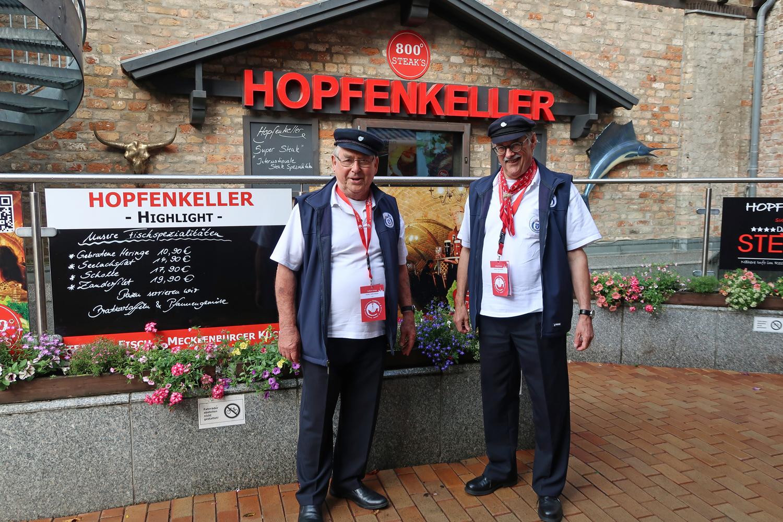 ......und im Hopfenkeller gab es abends leckeres zu essen und zu trinken...