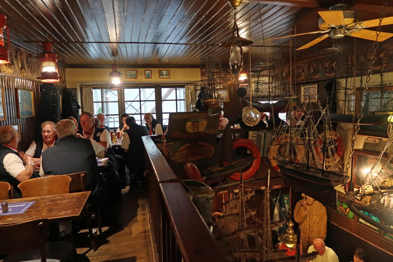...Übrigens:  Das ist die älteste maritime Gaststätte Rostocks....
