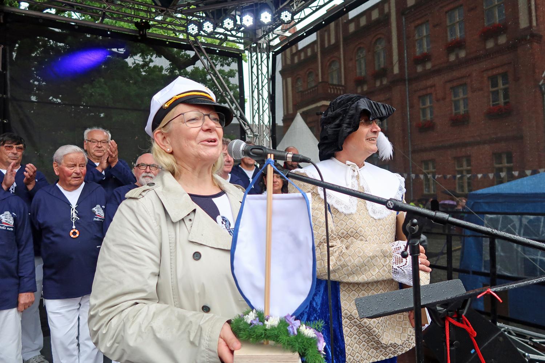 .. die Bürgermeisterin hat die Chöre nach einer erfolgreichen Veranstaltung verabschiedet...