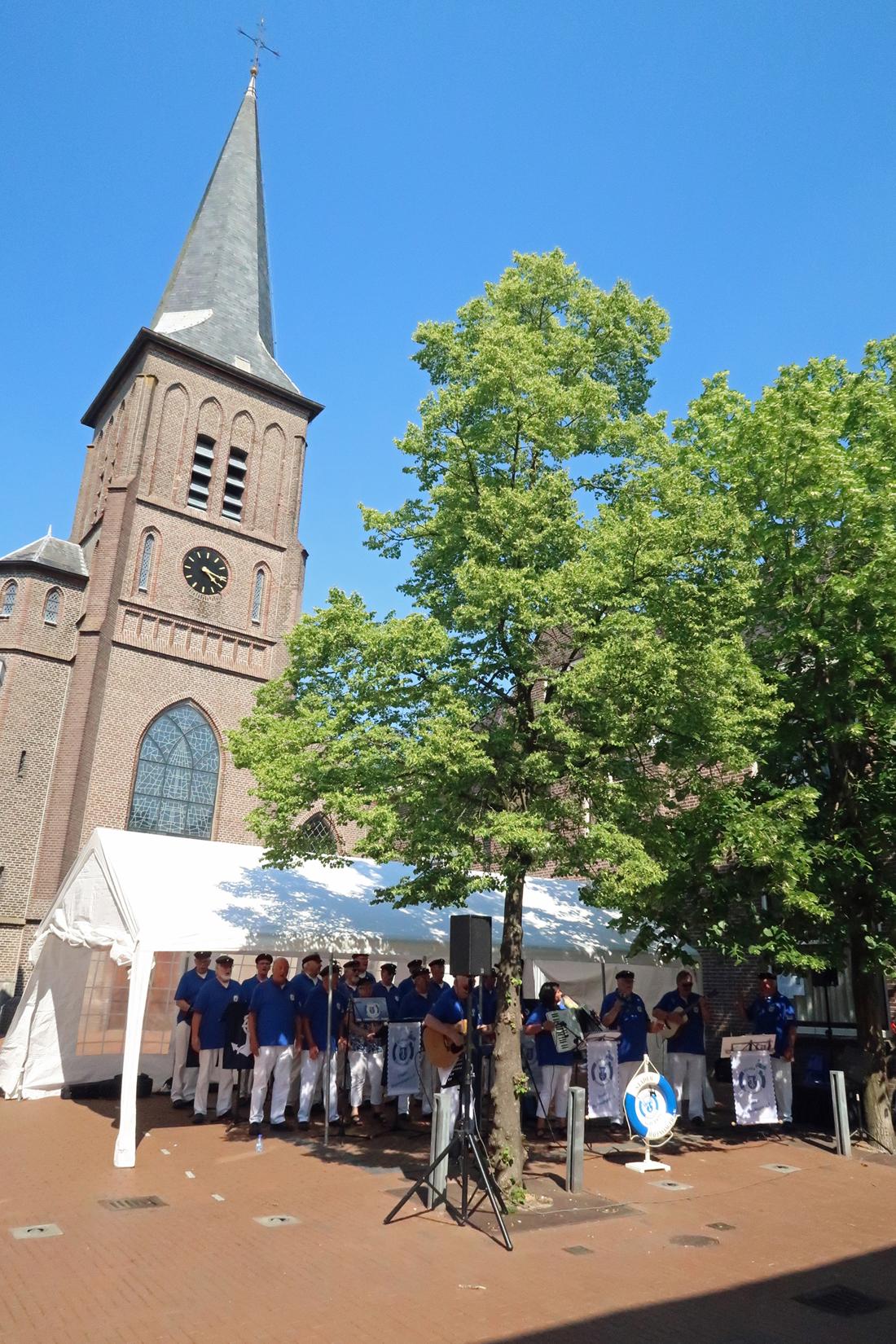 Bühne 3. Im Hintergrund, Sint Vitus Kerk (Katholische Kirche....