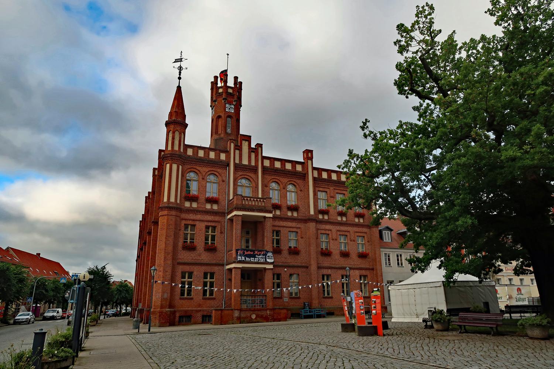 Die Hansestadt Kyritz  -  Das gotische Rathaus am Marktplatz  ...