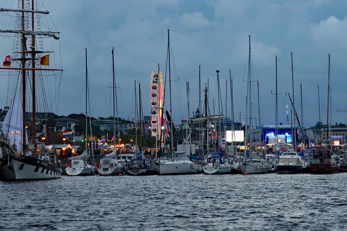 ...der Stadthafen am Ufer der Warnow mit Museums und Segelhafen...