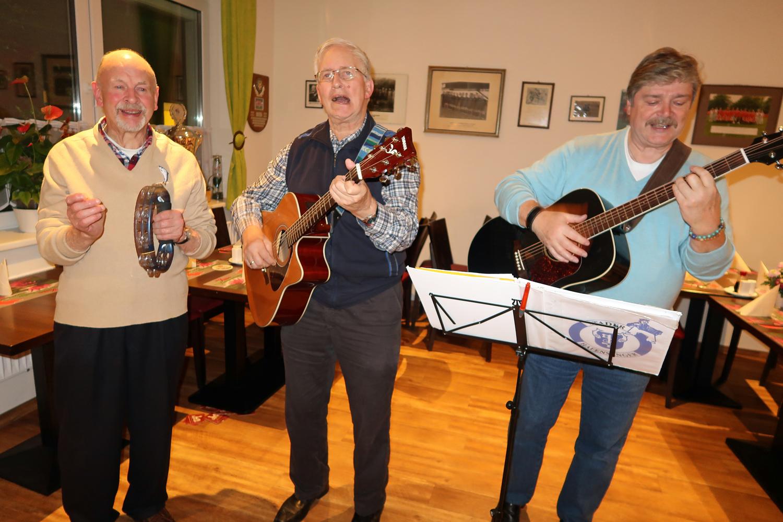 ...(v.links) an der Rassel Egon und an der Gitarre - Heinrich und Jürgen...