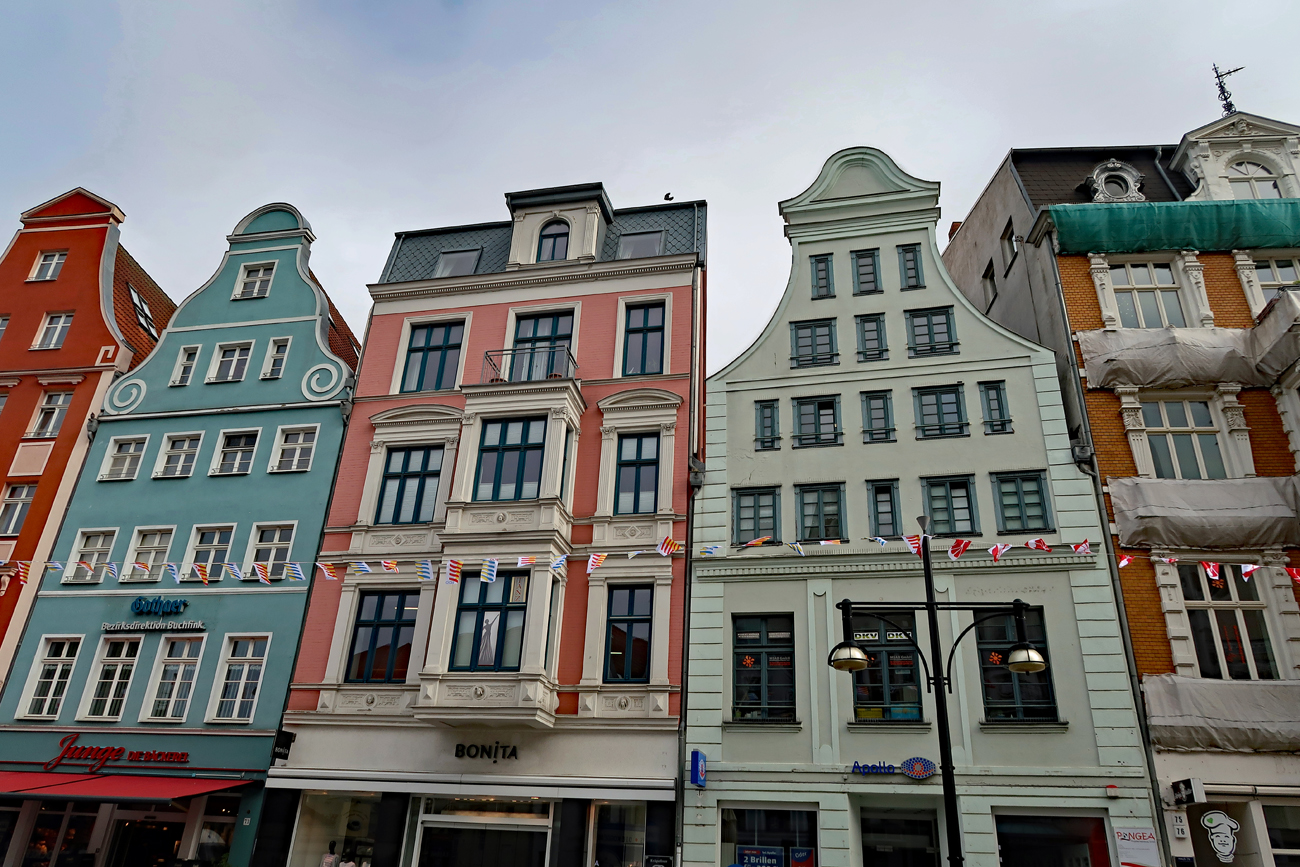 ....auf dem Weg zum Kröpeliner Tor stehen viele restaurierte Giebelhäuser mit wunderschönen..