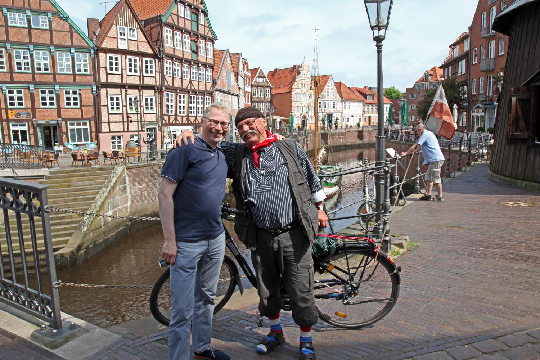 29.05.2017 - Frank Tinnemeyer (Stader Tourismus) begrüßt Hans am alten Hafen