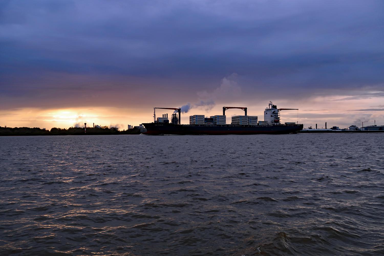 ...die Fahrt geht  auf der Elbe weiter....