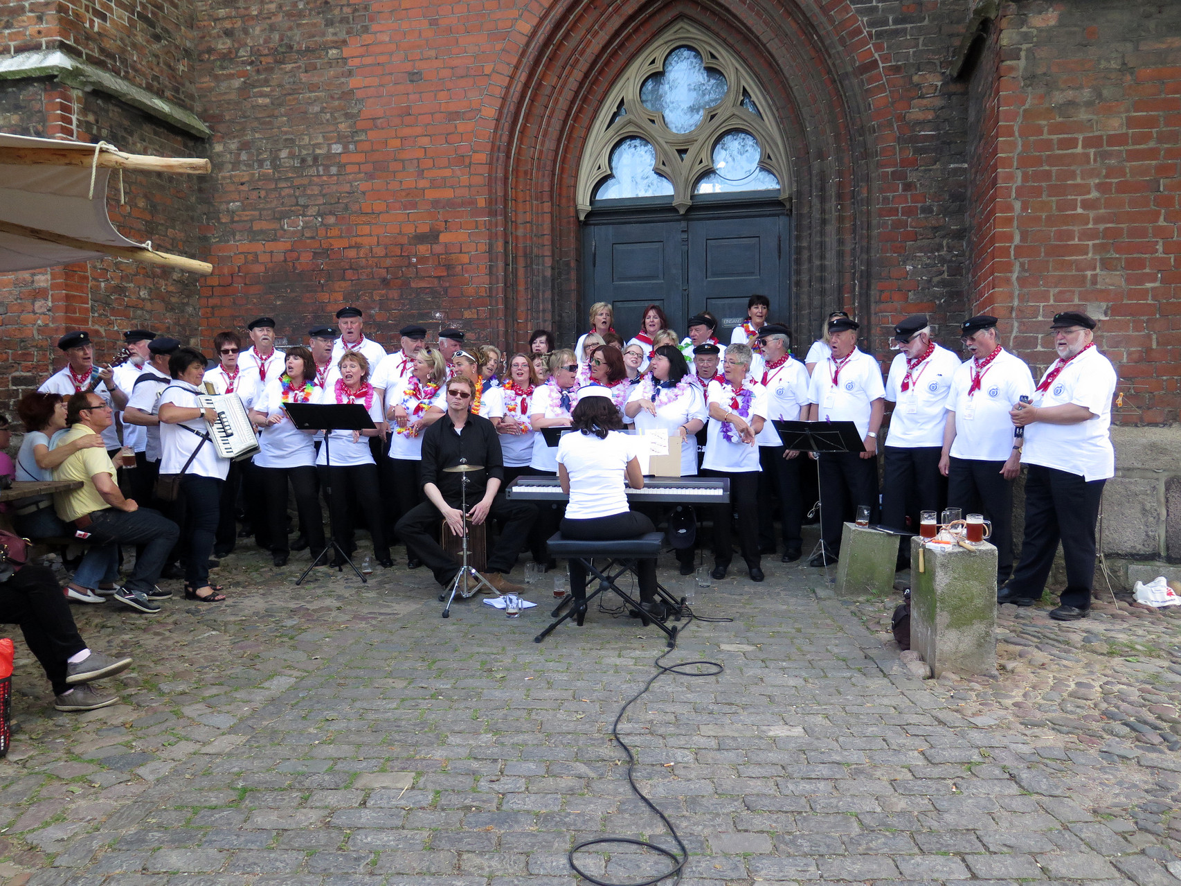 """Einen Auftritt mit den """"Insel Deerns"""" - vor St. Jakobi zu Lübeck..."""