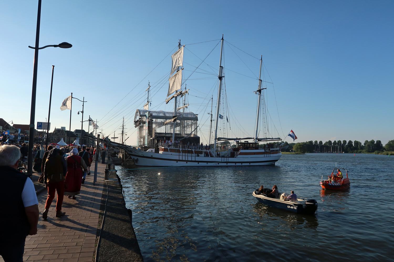 Großes Podium auf der IJssel. Hier fand die Eröffnung statt