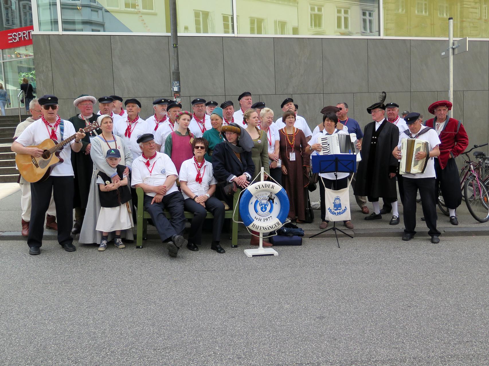 """...Stader Delegation sangen mit uns -""""Stade am schönen Elbestrand""""...."""