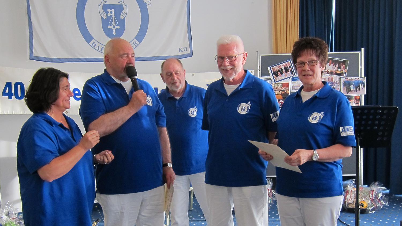 Ehrenurkunde und Nadel in Silber für 25 Jahre haben Marlies und Kar-Heinz Leskau (re) erhalten