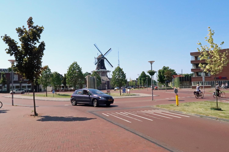 ...Kreisverkehr. Im Hintergrund die Mühle Edens (1985 wurde die Mühle umfangreich restauriert..