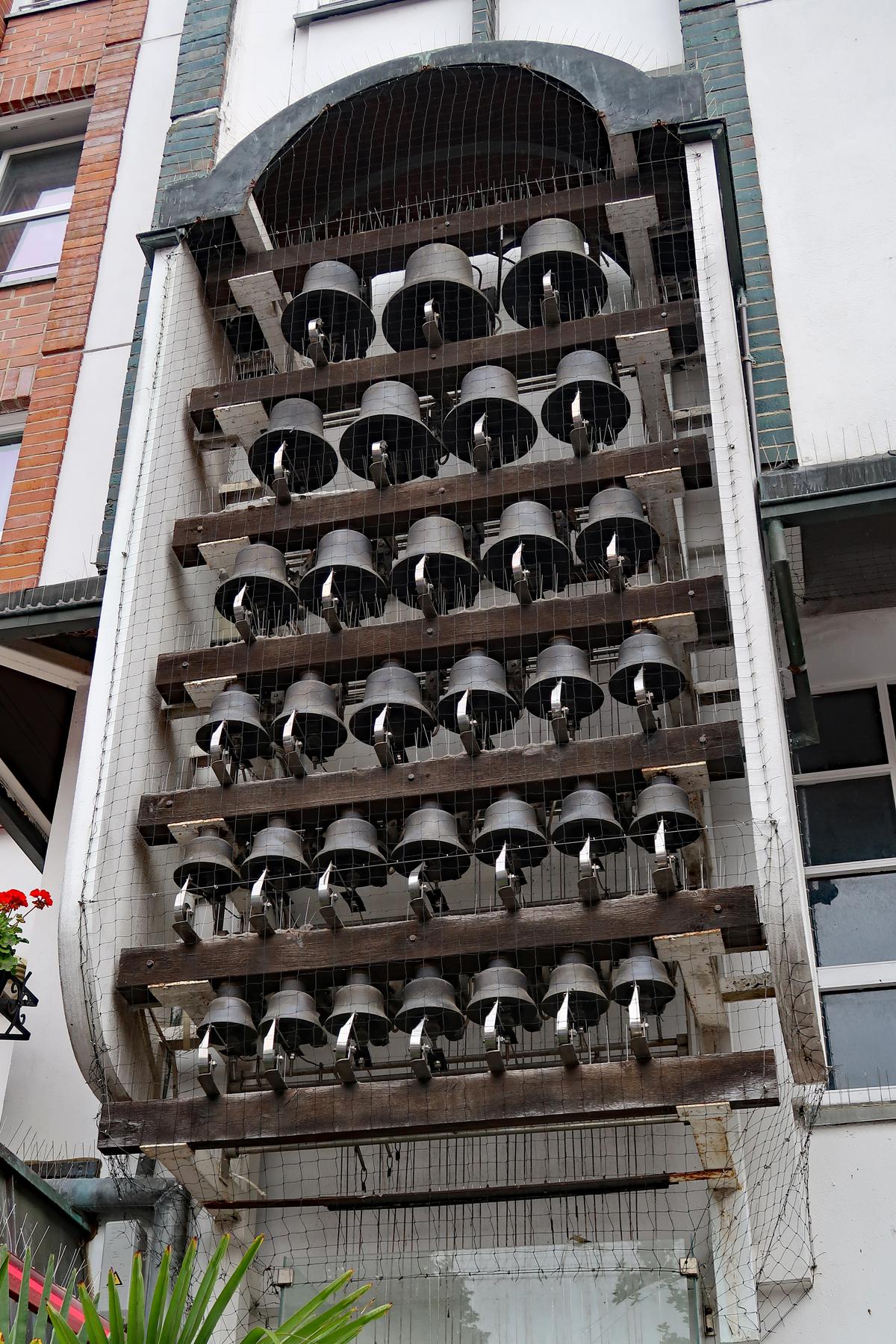 ..Das Glockenspiel im Fünfgiebelhaus ist jeden Samstag von 12:00 Uhr bis 12:30 Uhr zu hören und staunen. Die 32 Glocken sind aus Bronze gegossen. (Muss man gesehen haben)..
