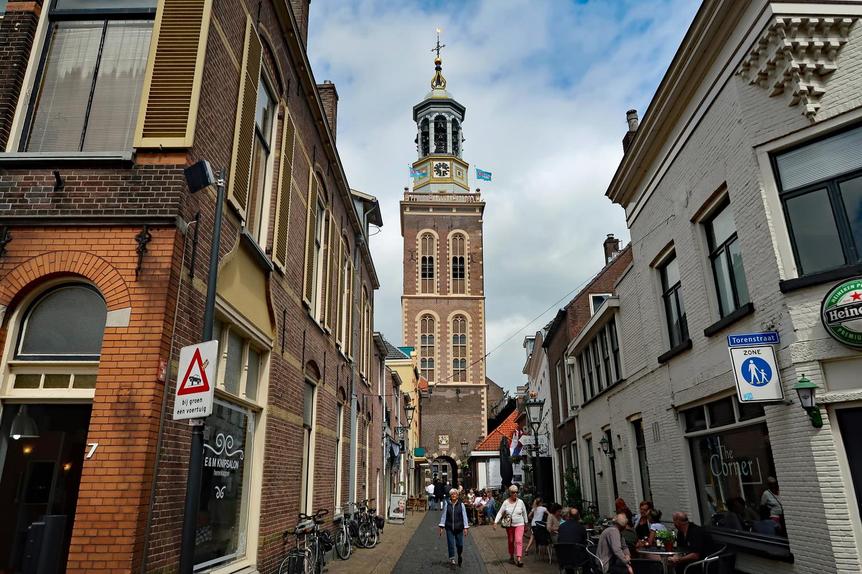 Fußgängerzone mit den Nieuwe Toren (Heilliggeistturm)
