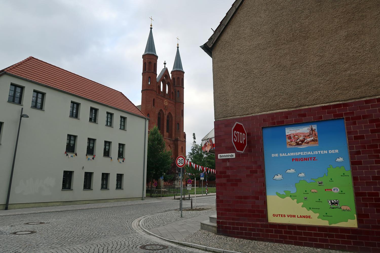 ..die St. Marienkirche (errichtet 1850) mit einer Doppelturmfront (Sanierung 2000 - 2003