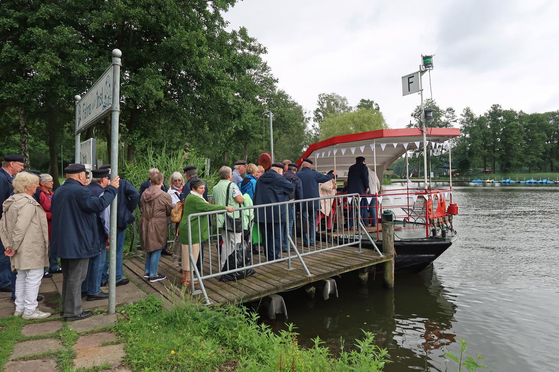 """02.07.2017 - wir warten auf die Überfahrt zur """"Insl"""" im Kyritzer See"""