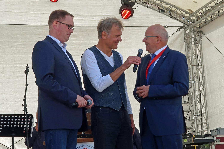 ...Lübecks Bürgermeister Jan Lindau (li.) und Rostocks Oberbürgermeister Roland Methling (re.)  ber der Eröffnung..