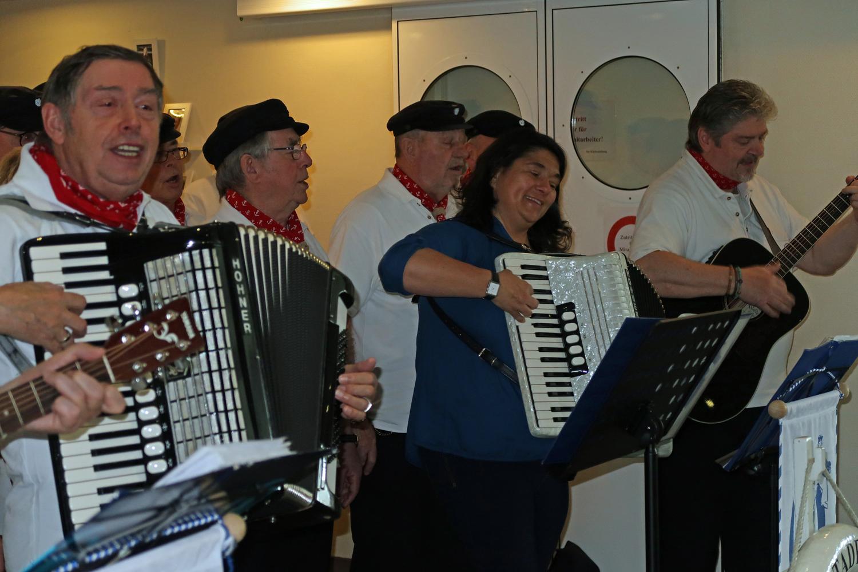 ....Wolfgang (links)  Gründer der Hafensänger und Silke (rechts)  unsere Musikalische Leiterin  am Akkordeon
