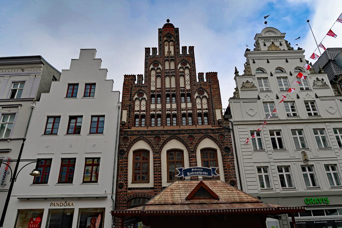 ..Prächtige Giebelhäuser spielten über die Jahrhunderte eine wichtige Rolle in Rostock..