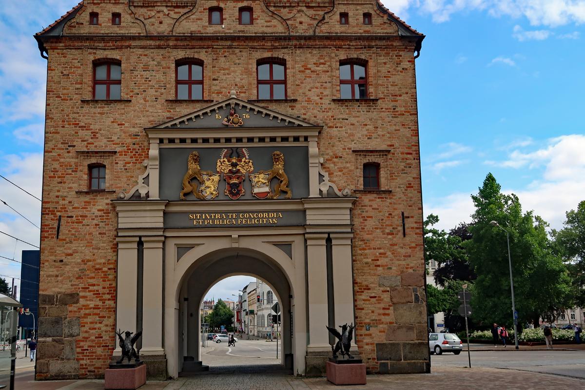 ..gotischen Südlichen Haupttores errichtet. - Siegel und Ratswappen der Stadt.....