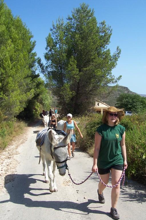 Andrea hat es bald geschafft mit ihrer Stella nach ca 4 km Fussmarsch und 300 Meter Hoehenunterschied