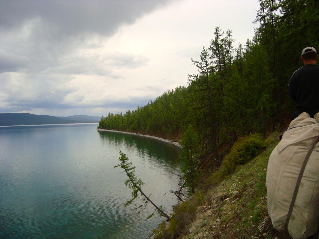 Vous longez la rive sud ouest du lac