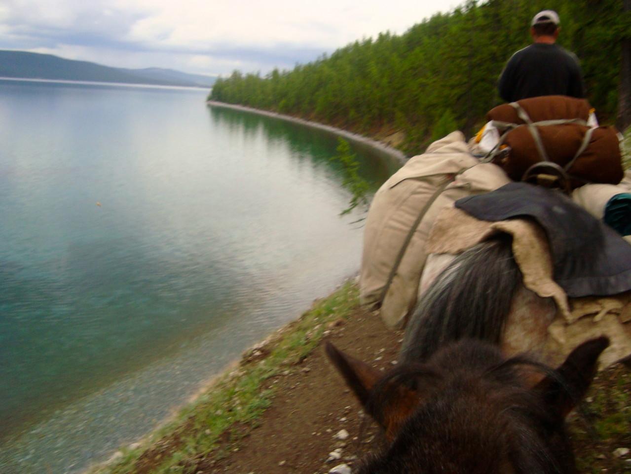 A cheval, à pied avec un cheval de bât