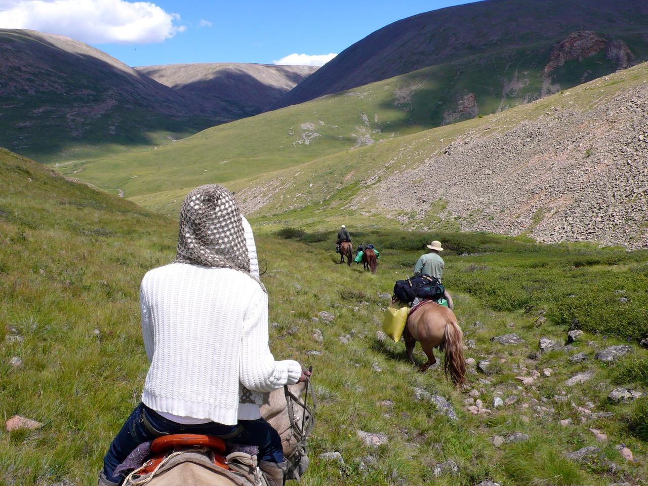 Pente forte en altitude, bien maîtriser son cheval à la descente, attention au vide