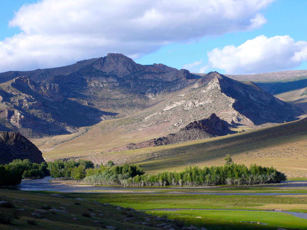 Pente escarpé de haute montagne, roches de couleurs ocres