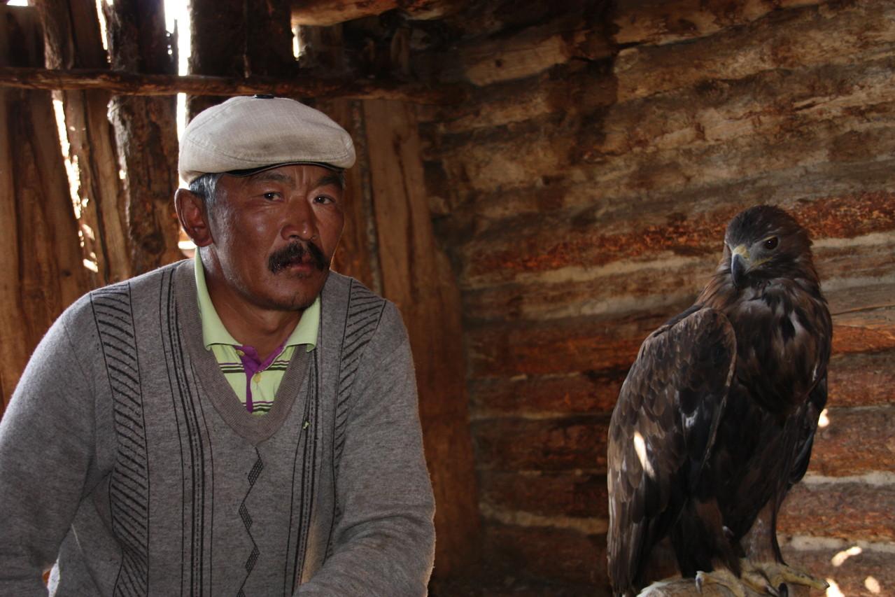 Eleveur d'Altai et son faucon