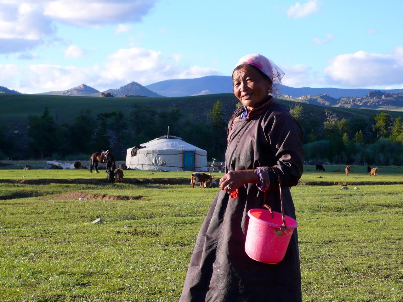 Femme mongole dans la vallée partie a la traite