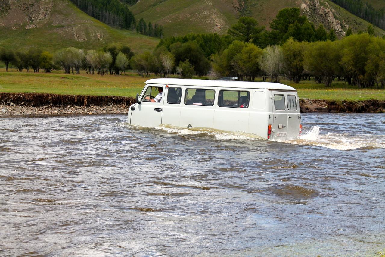 Les véhicules 4x4 traversent la rivière