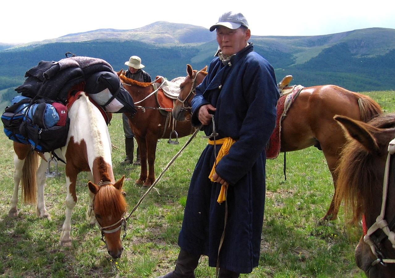 Guide à cheval mongol dans la montagne du Khangai