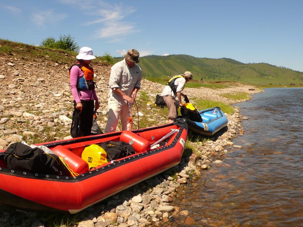 Les canoes-rafts sont chargés pour plusieurs jours.