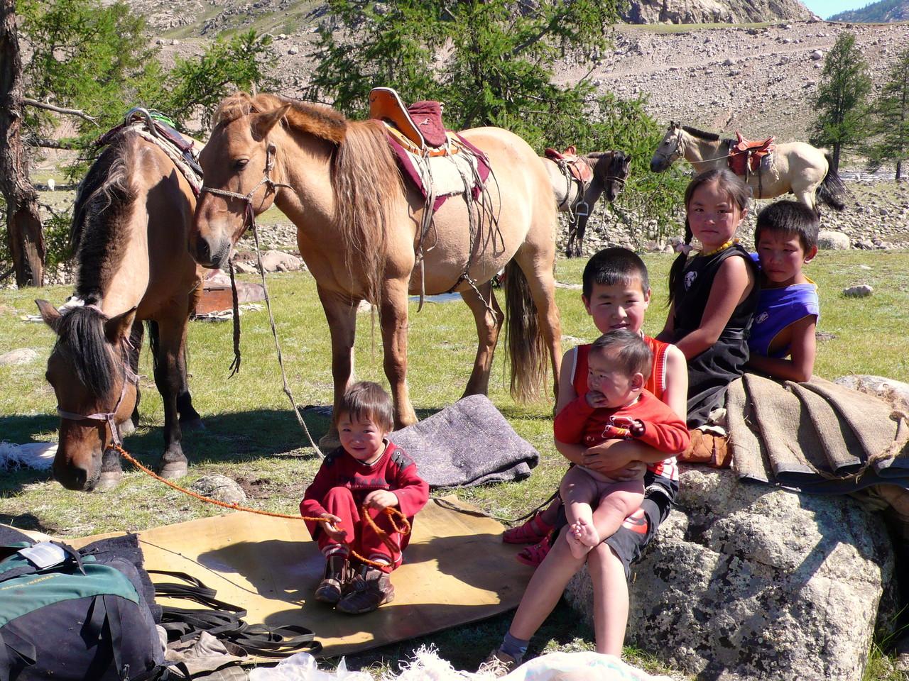 Les enfants d'Uliastai au camp de base lors des préparatifs