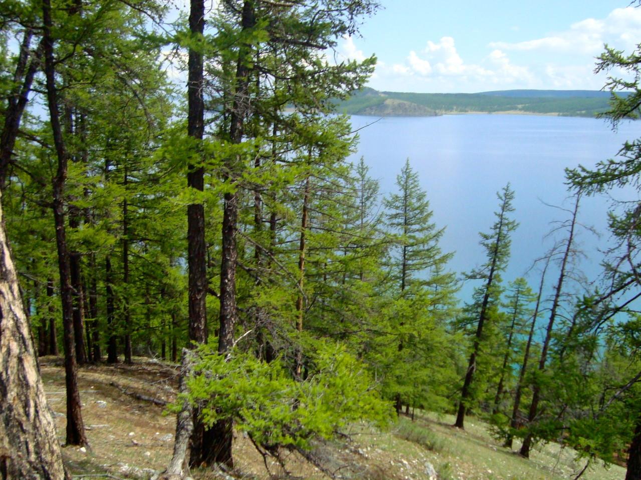 Sur la falaise en surplombent le lac
