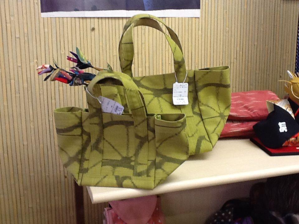 緑のバッグ、大小