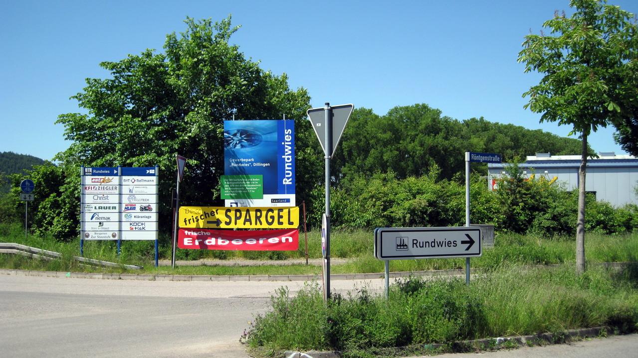 Zufahrt zum Biergarten über die Röntgenstraße durch das Gewerbegebiet Rundwies
