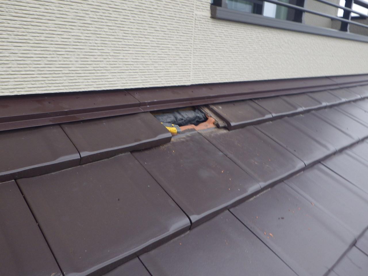 余震の影響により破損した瓦を修理します in那須町