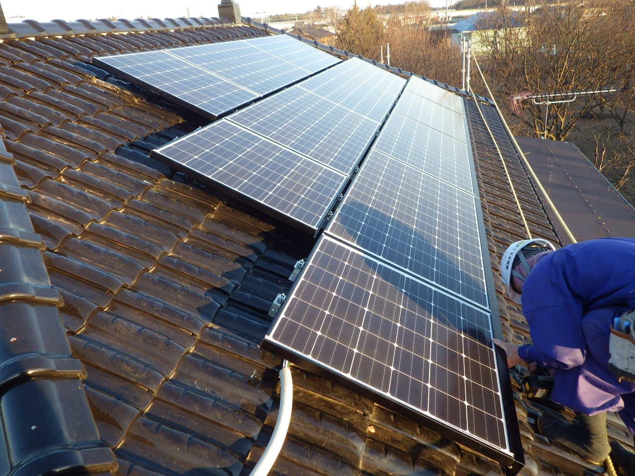 陶器瓦屋根への太陽光発電システム設置工事を行いました。in宇都宮市