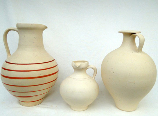 Krug mit roten Streifen und Ausguss 3.-4. Jh. n.Chr., Krug mit seitlichem Henkel und Ausguss 2.-3.Jh. n.Chr.